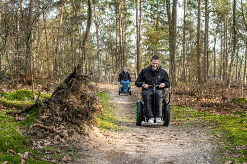Bi-Go balansrolstoel en Omeo balansrolstoel op een bospad